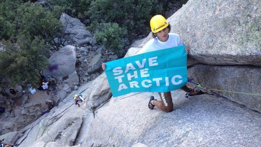 Activistas de Greenpeace escalan 'El Pájaro' de La Pedriza para pedir la protección del Ártico/ Greenpeace España