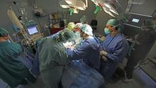 Profesionales sanitarios trabajan en un quirófano.