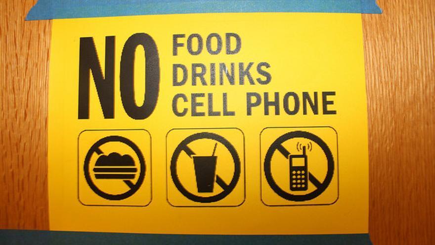 En Castilla-La Mancha la legislación prohíbe tener el móvil operativo en clase