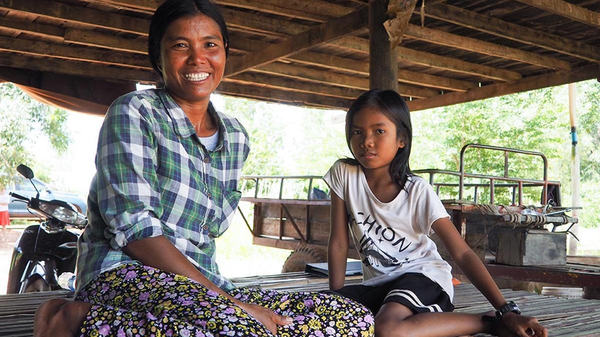 Morb Neam, camboyana de 37 años, ha estado yendo y viniendo a Tailandia después de cada tempestad que sufrió su hogar.  Morb ha regresado a su pueblo natal en Camboya, en la provincia jemer de Banteay Meanchey, para cuidar de sus hijos y asegurarse de que reciban una buena educación. No sabe leer ni escribir.