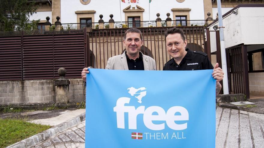 """Arnaldo Otegi y Fermín Muguruza se reúnen para impulsar la campaña 'Free Them All' de """"vuelta a casa"""" de los presos"""