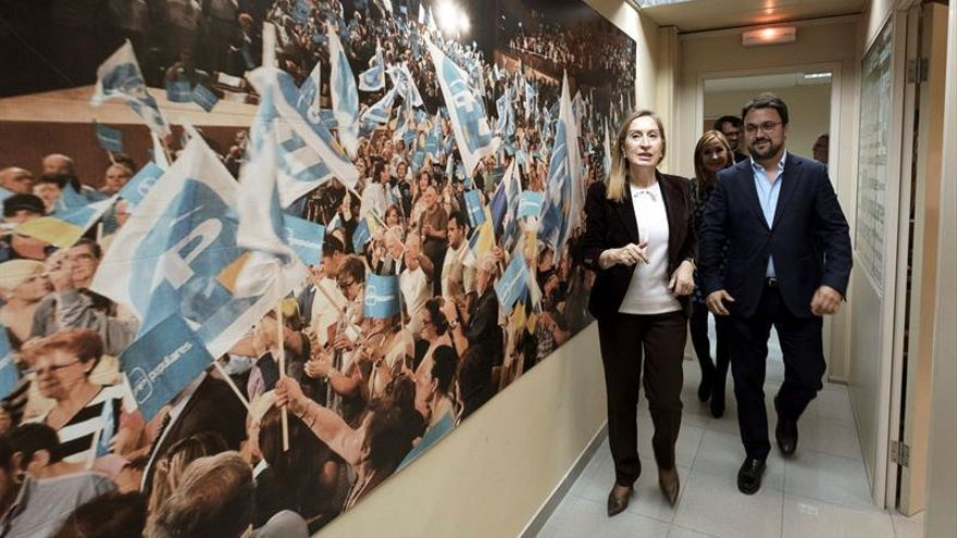 La presidenta del Congreso de los Diputados, Ana Pastor, junto al presidente regional del partido en las islas, Asier Antona, y a la presidenta insular del PP, Australia Navarro.