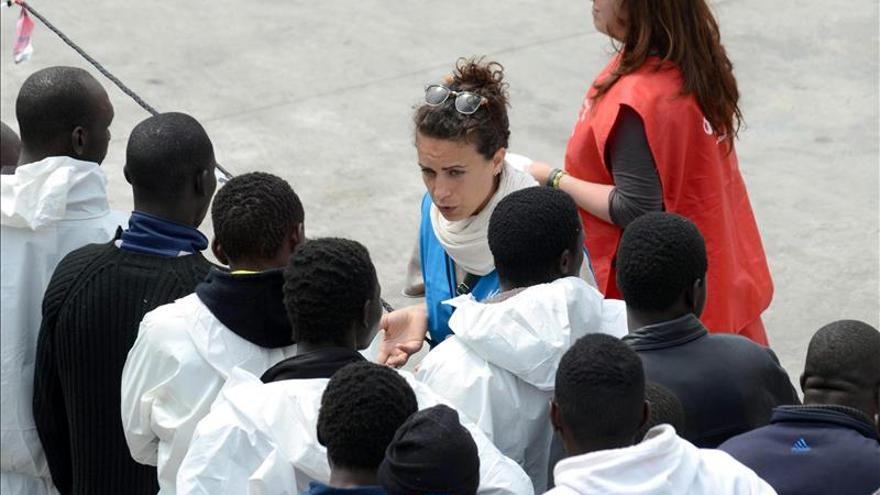 Varias personas rescatadas en el estrecho de Sicilia desembarcan de la nave Fiorillo de los guardacostas a su llegada al puerto de Catania, en la isla de Sicilia, Italia. / EFE.