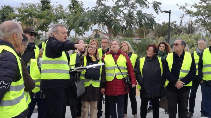 Los representantes vecinales durante la visita al Parque Central