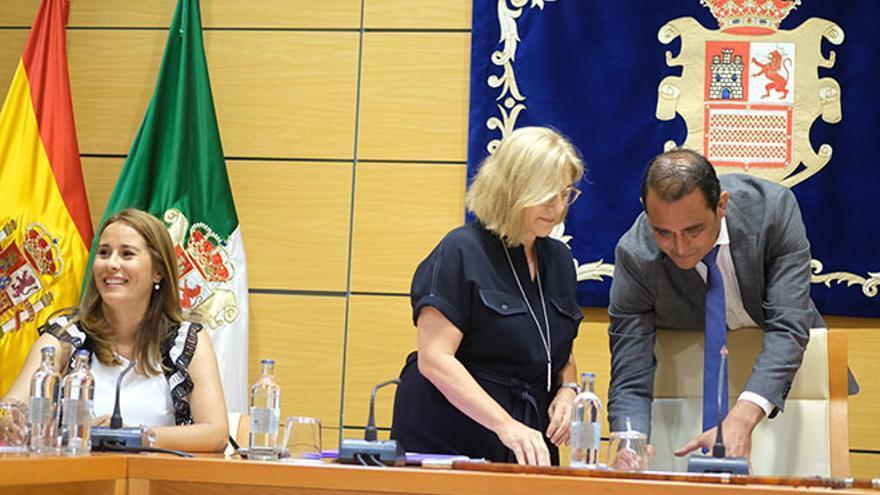 Lola García (CC) y Blas Acosta (PSOE), en el pleno de toma de posesión de la nueva Corporación insular. Foto: Carlos de Saá.