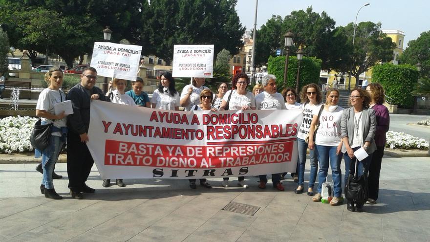 Las candidatas de Ahora Murcia junto a las trabajadoras de Ayuda a Domicilio