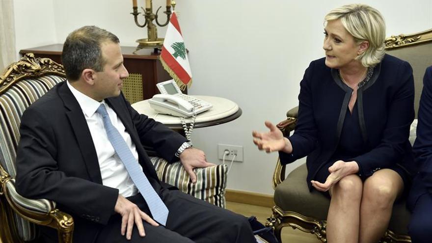 El ministro de Exteriores libanés, Gibran Bassil (i), conversa con la líder de la ultraderecha francesa, Marine Le Pen, durante su reunión en el Ministerio de Exteriores en Beirut (Líbano).