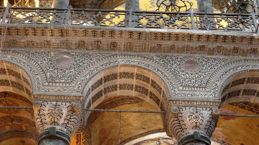Interior de la basílica bizantina de Santa Sofía (Hagia Sophia), construida en el año 537 de planta casi cuadrada, con una cúpula central sobre pechinas, por los arquitectos Antemio de Tralles e Isidoro de Mileto.  La cúpula central es de 55 metros y la decoración está compuesta por mosaicos.