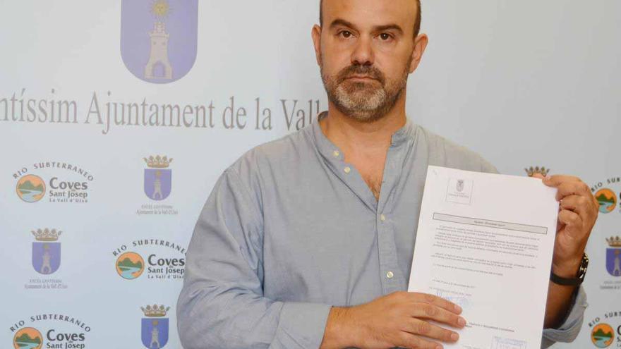 El concejal de Hacienda, Javier Ferreres, muestra el informe que alertaba sobre la irregularidad