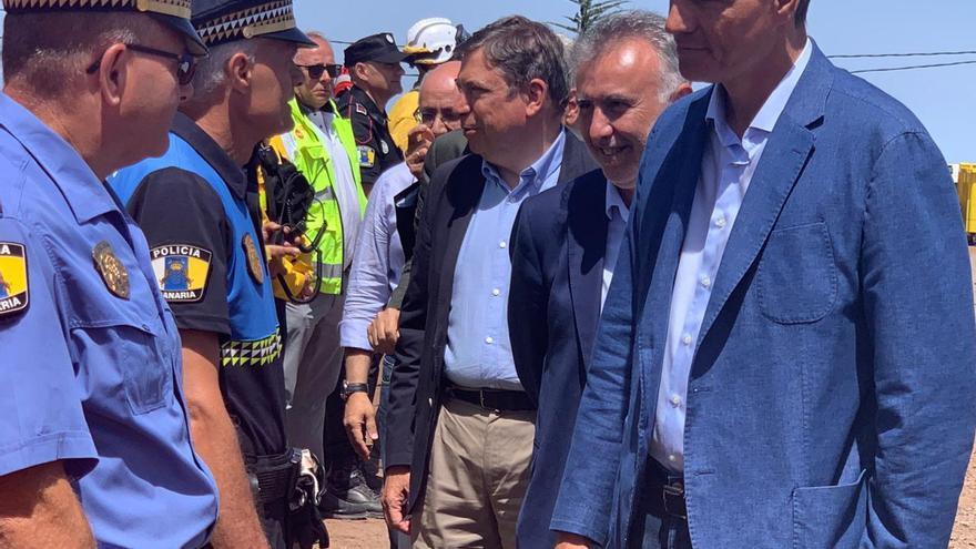 El presidente del Gobierno de España en funciones, Pedro Sánchez, y el presidente de Canarias, Ángel Víctor Torres, saludando a las fuerzas de seguridad.