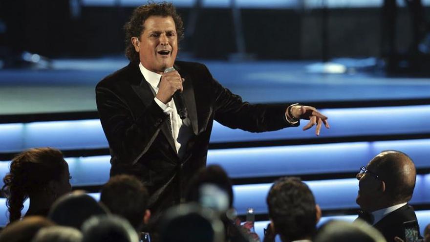 El cantante colombiano Carlos Vives rinde homenaje al Chapecoense en un concierto