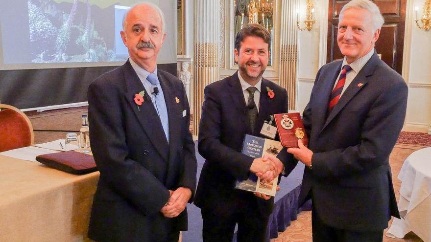 Alonso y Pintado con el presidente del Real Club de Automovil de Inglaterra.
