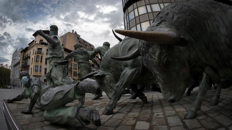 La escultura del Monumento al encierro de Pamplona en la que los corredores llevan puestas mascarillas.