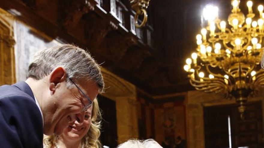 Ximo Puig y Alejandra Soler, galardonada con la alta distinción de la Generalitat, en el acto institucional del 9 d'Octubre
