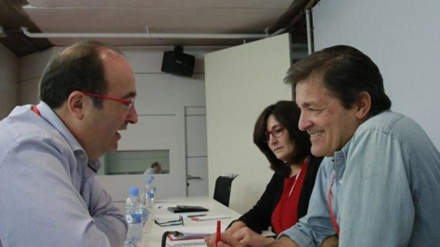 Miquel Iceta y Javier Fernández conversan en el Comité. Foto: PSOE