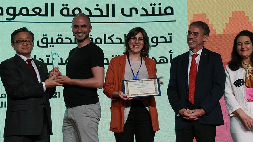 El director del proyecto de Participación Ciudadana del Ayuntamiento de Madrid, Miguel Arana, y la directora del proyecto de Transparencia, Victoria Anderica, recogen el galardón de Naciones Unidas al Servicio Público en Marrakech (Marruecos), el pasado sábado 23 de junio.