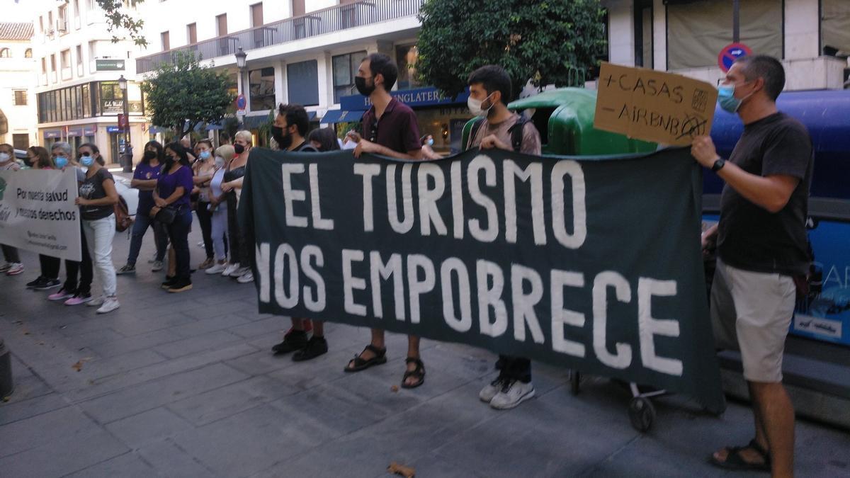 La Plaza Nueva fue el escenario elegido para la protesta con motivo del Día Internacional del Turismo.