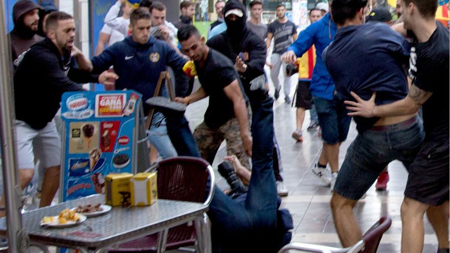 Un grupo de ultras de extrema derecha ataca a un fotógrafo de prensa y a un joven durante la manifestación del 9 d'Octubre en Valencia