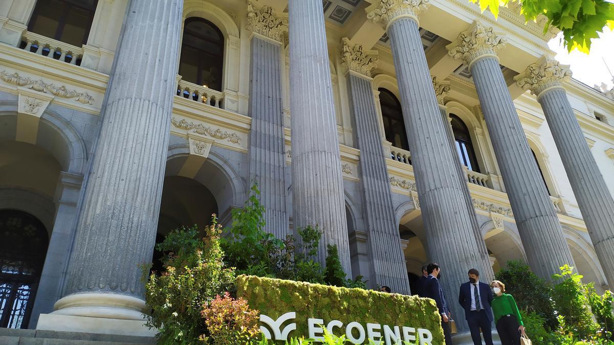 El logotipo de Ecoener decora la fachada del Palacio de la Bolsa. EFE/ Vega Alonso Del Val