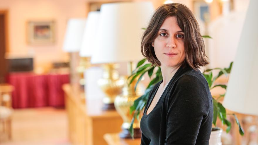"""Marta Roqueta-Fernández, autora del libro """"De la manzana a la pantalla""""."""