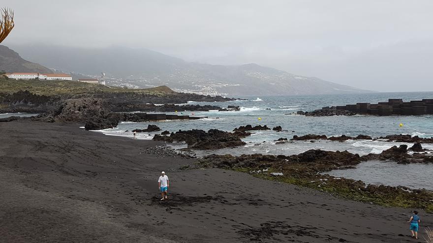 En la imagen, al fondo, boyas de balizamiento de la playa de Los Cancajos. Foto: LUZ RODRÍGUEZ.