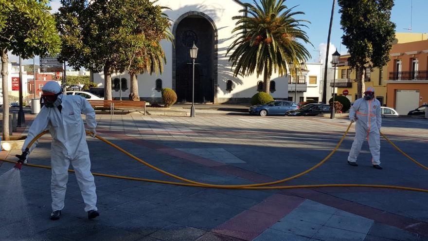 Labores de fumigación en la plaza de Montserrat de Los Llanos de Aridane.