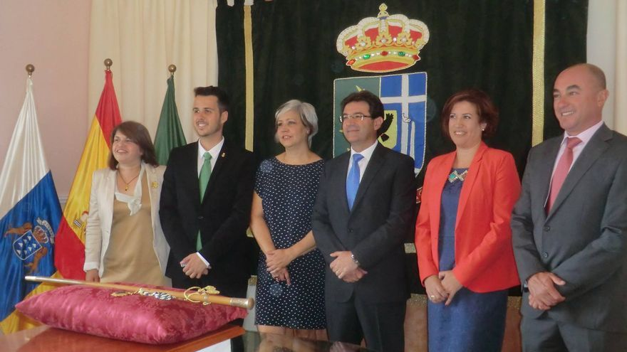 En la imagen, el alcalde de Puntallana con los miembros del nuevo grupo de Gobierno. Foto: María Victoria Hernández.