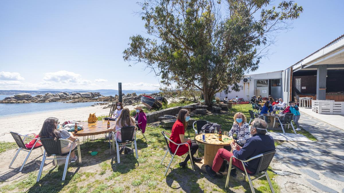 Varias terrazas en O Grove durante el primer fin de semana de apertura del cierre perimetral y la hostelería, a 2 de mayo de 2021, en Pontevedra, Galicia.