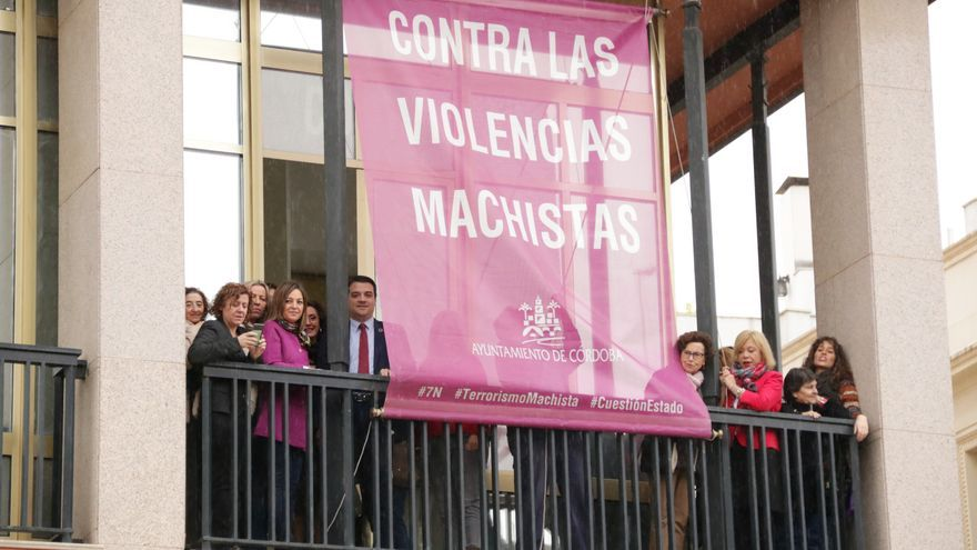 Izado de bandera en el Ayuntamiento de Córdoba con motivo del 25N