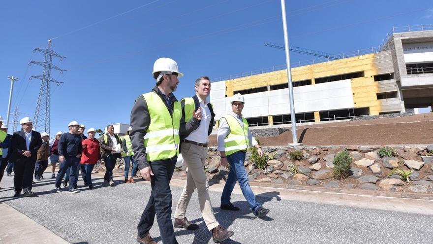 Carlos Alonso, junto al presidente canario, Fernando Clavijo, en la visita al parque de este sábado