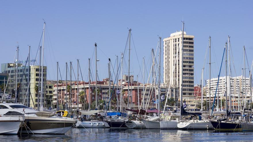 Mástiles en la bahía. Una imagen de la fachada marítima de Las Palmas de Gran Canaria.
