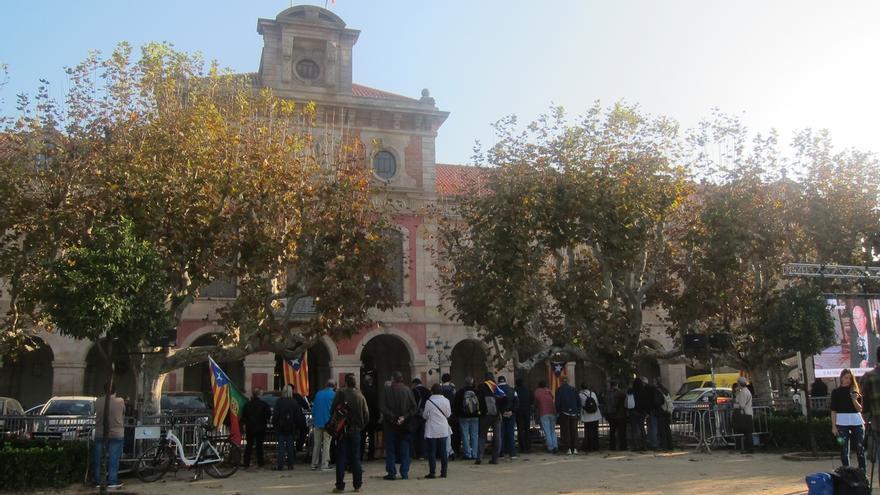 """Independentistas exigen """"unidad"""" a JxSí y la CUP frente al Parlament antes del pleno"""