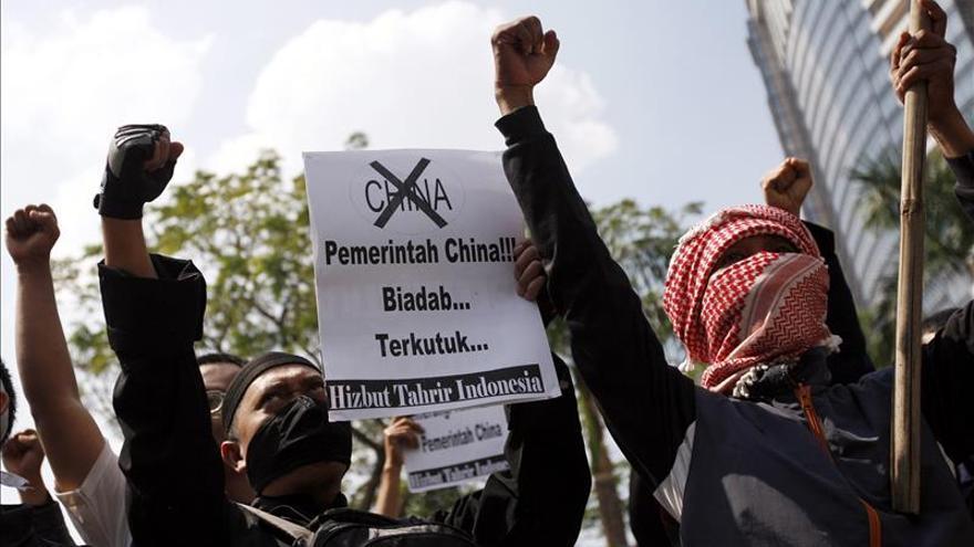 Decenas de musulmanes indonesios durante una protesta frente a la embajada de China en Yakarta (Indonesia) para pedir la liberación de personas de etnia uigur