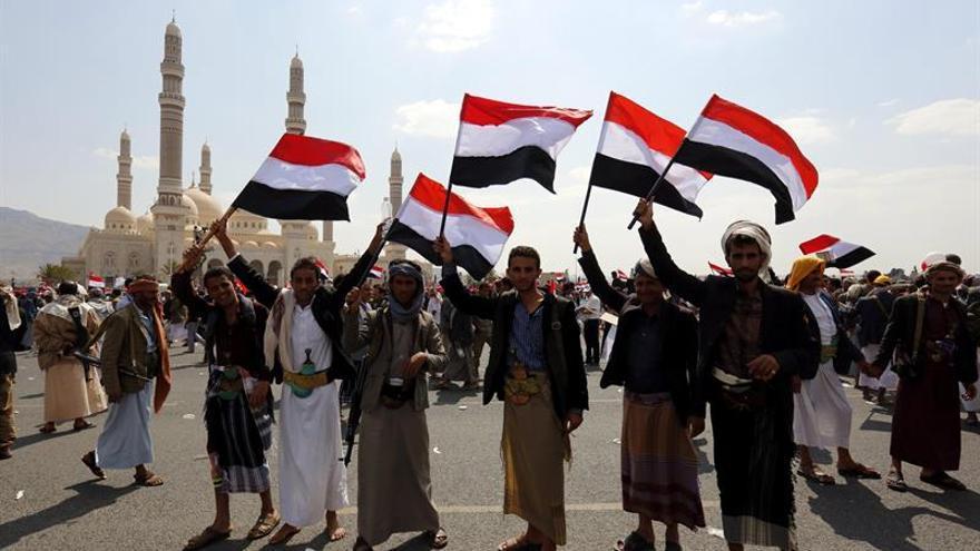Miles de hutíes celebran el tercer aniversario de su control de la capital yemení