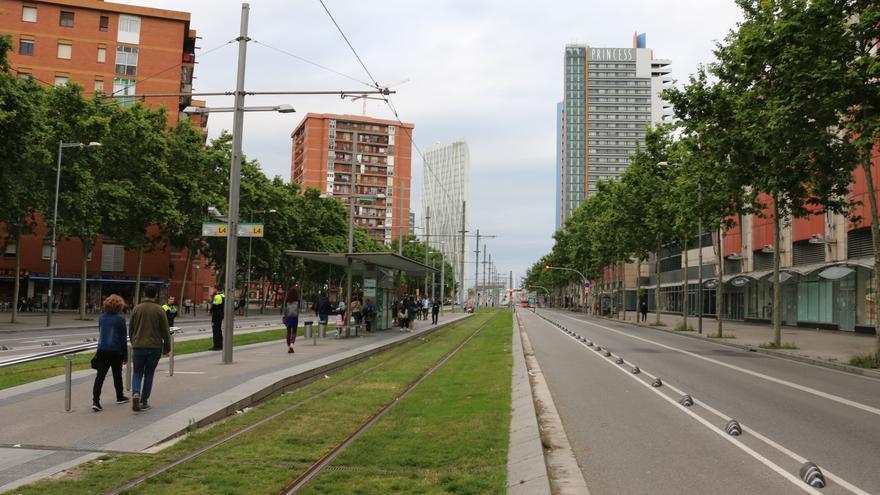 La avenida Diagonal ejerce de frontera entre el barrio del Besòs (izquierda) y Diagonal Mar (derecha).
