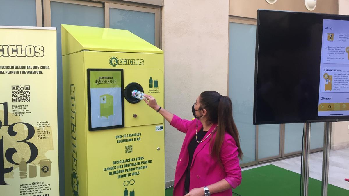 La consellera de Emergencia Climática, Mireia Mollà, prueba el nuevo sistema SDR.