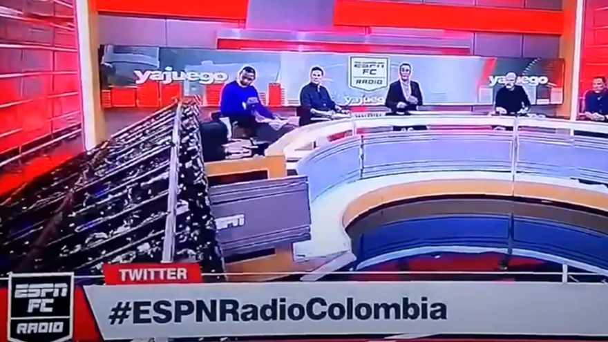 Susto en la TV colombiana: la caída del decorado aplasta a un tertuliano en pleno directo