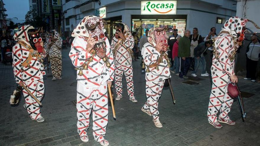 Los Diabletes de Teguise durante el pasacalles del Carnaval Tradicional de Arrecife, en Lanzarote.