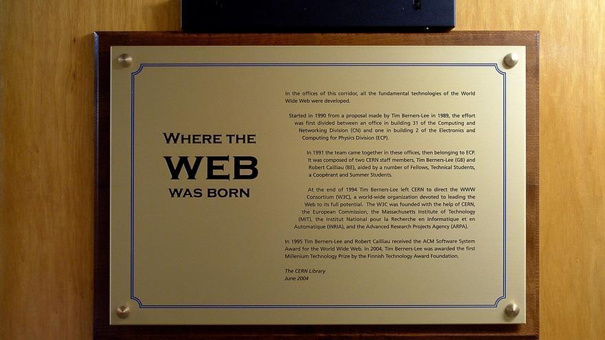 Placa conmemorativa desarrollo de la World Wide Web en el CERN