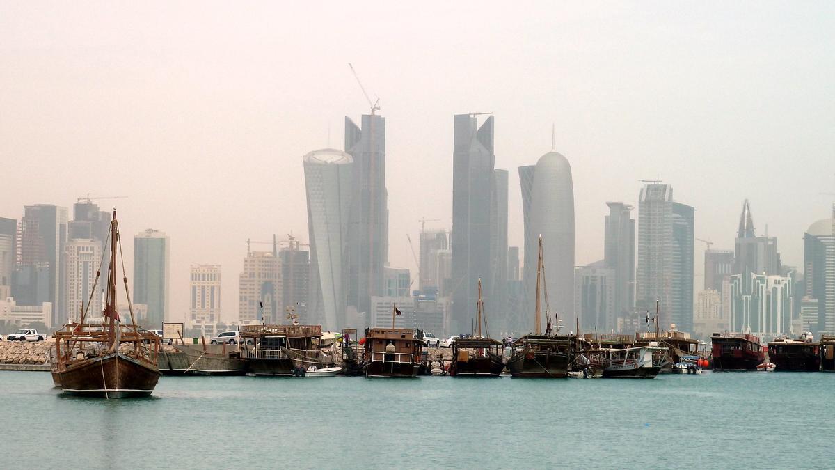 Los viejos barcos tradicionales árabes flotan delante del skyline de Doha, como una metáfora perfecta dela historia de Qatar.