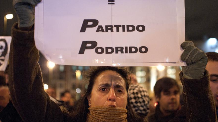 Pasadas las 21.00h de la noche aún quedaban bastantes personas reclamando una investigación sobre las noticias que vinculan al PP con cuentas en el extranjero y entrega de sobres de dinero en su sede madrileña. / Alvaro Minguito