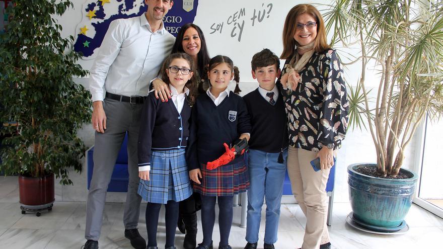 Beatriz en el centro junto a dos de sus compañeros y los responsables del proyecto, de izquierda a derecha, Jorge Calvo, Esmeralda Velasco y la directora del centro Emma Pérez