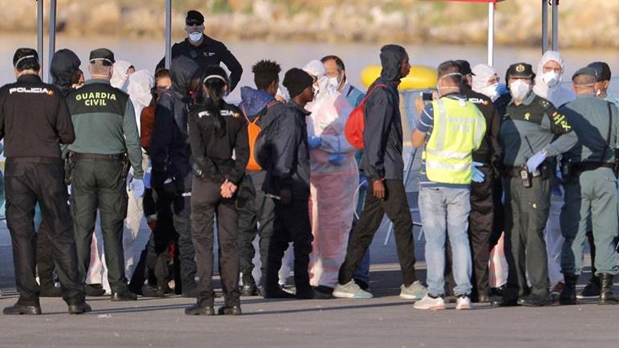 Francia envía a España una misión para identificar a refugiados del Aquarius