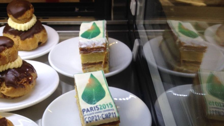 Entre los postres, un pastel adornado con el logo de la COP21 / Foto: Elise d'Penoux subida a Twitter.