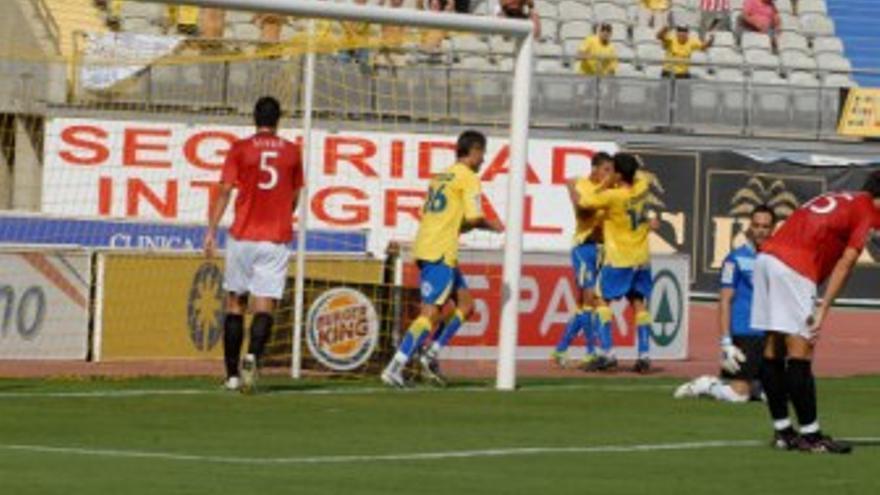 Los jugadores de la UD celebran uno de los goles. (ACFI PRESS)