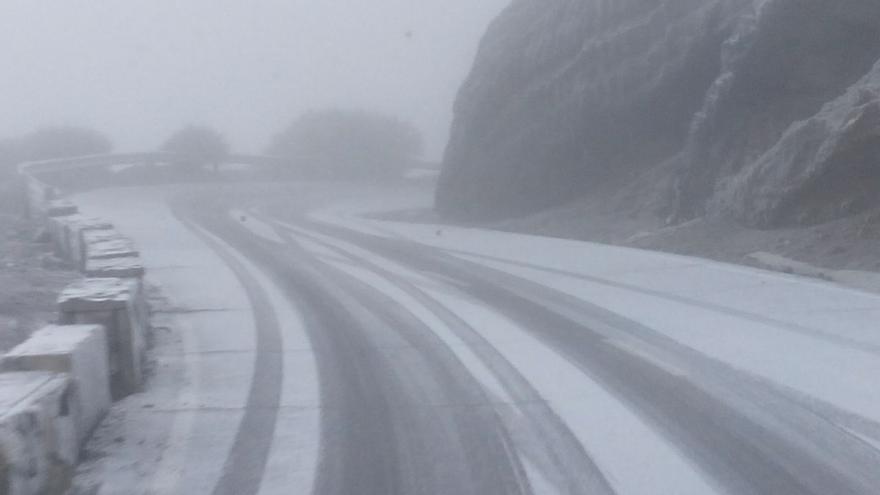 En la imagen, tramo de la carretera de acceso al Roque de Los Muchachos, este lunes, cubierta por el hielo.