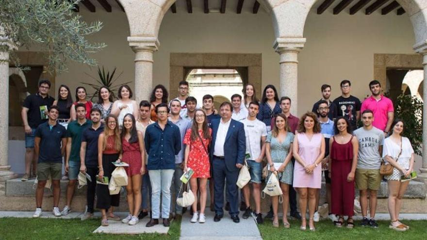 El presidente de la Junta de Extremadura, Guillermo Fernández Vara, ha recibido a jóvenes becados