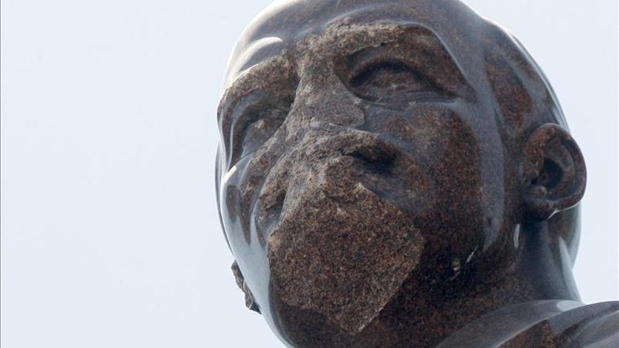 Unos desconocidos decapitan una estatua de Lenin en el este de Ucrania