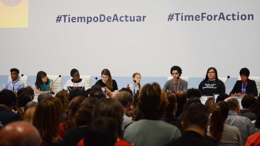El panel de jóvenes representantes de Fridays for Future, con Greta Thunberg en el centro.
