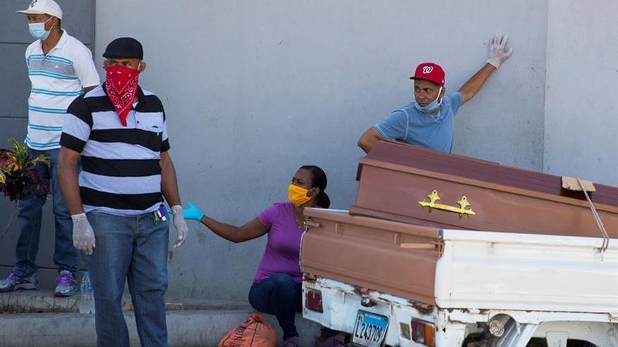 Varias personas esperan en la entrada del hospital Moscoso Puello, este viernes en Santo Domingo.